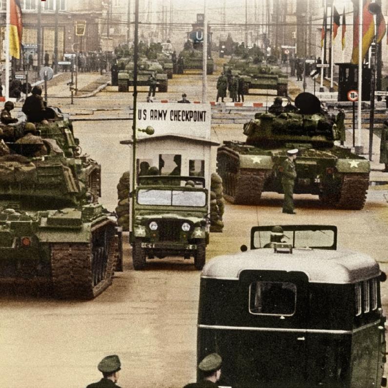 La crisis de Berlin comienza en octubre de 1961 tras unas tensas disputas fronterizas que casi llevan a un enfrentamiento en los que durante 16 horas casi se data una guerra nuclear entre las dos grandes potencias hegemónicas. En el Checkpoint Charlie se ven los tanques americanos a tan solo cien metros de los soviéticos. Alemania