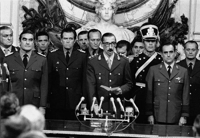 Foto blanco y negro de un grupo de personas con uniforme militar  Descripción generada automáticamente
