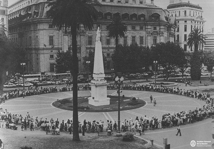 Foto en blanco y negro de una ciudad  Descripción generada automáticamente